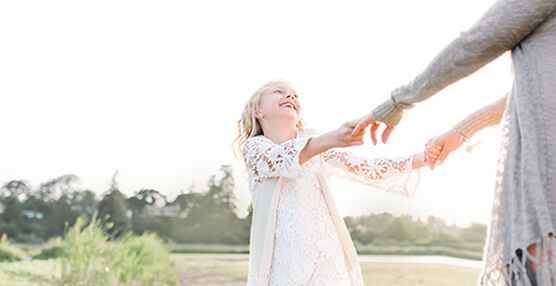 Victoria family photographer in sunny outdoor field